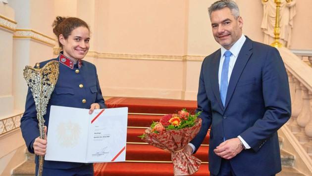Nina Burger (li). und Innenminister Karl Nehammer (Bild: BMI / Alexander TUMA)