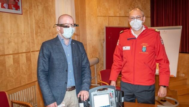 Dr. Berndt Schreiner (re.) leistet das Tele-Notarzt-Projekt (Bild: Florian Schodritz)