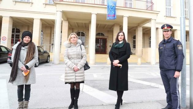 Eine Fahne vor dem Landhaus soll auf die Situation der Frauen aufmerksam machen. (Bild: Judt Reinhard)
