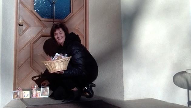 Angelika Fürhapter und andere Helfer im Dekanat Sillian schwärmen aus, um Familien mit Mini-Adventkränzen zu überraschen.