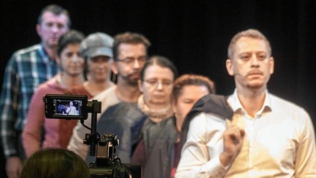 Max Zirngast (vorne rechts) hat einen Gastauftritt in dem Stück.