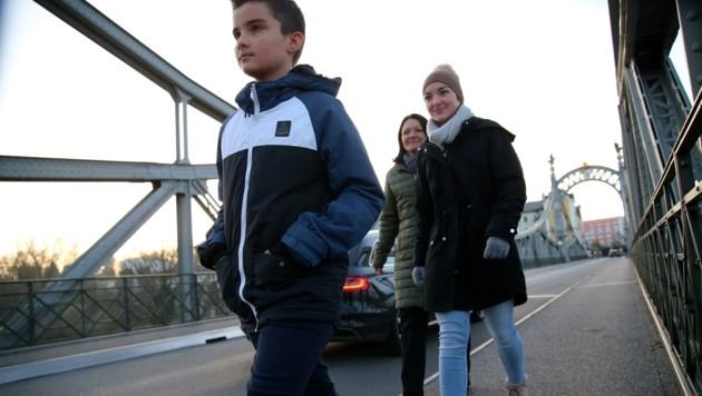 Thomas und Linda dürfen wieder ohne Coronatest über die Grenze zur Schule gehen. (Bild: Tröster Andreas)