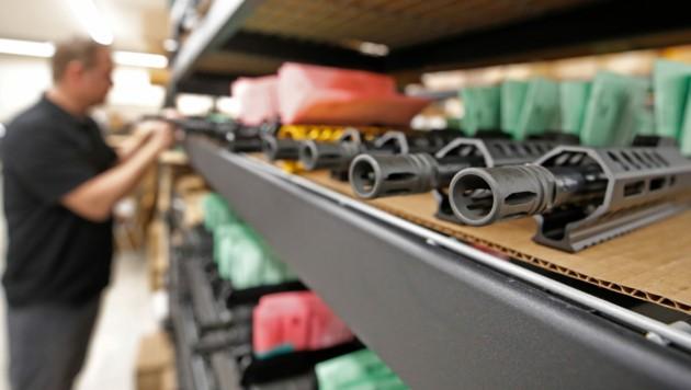 """Waffen zählen laut Wirtschaftskammer zu """"Sicherheits- und Notfallprodukten"""" - daher dürfen die Geschäfte weiterhin geöffnet halten. (Bild: AFP/GEORGE FREY)"""