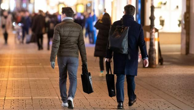 Einkaufen, aber mit Abstand - die Zahlen sollen in Lockdown light weiter sinken, nicht wieder steigen. (Bild: APA/Georg Hochmuth)