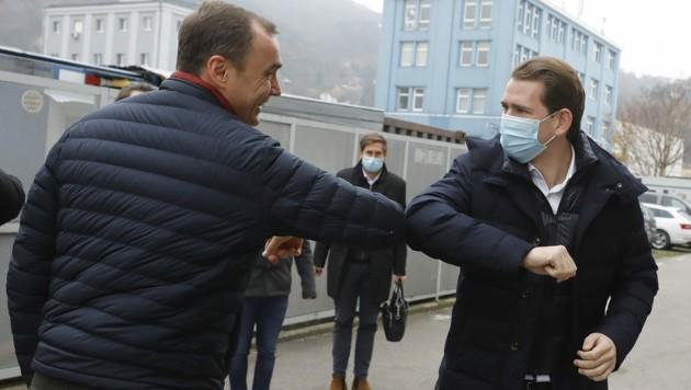 Dietmar Katinger (CEO Polymun) und Bundeskanzler Sebastian Kurz (ÖVP) während des Betriebsbesuches bei der Firma Polymun in Klosterneuburg