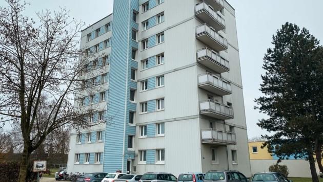 In diesem Welser Hochhaus starb die 20-Jährige hilflos.