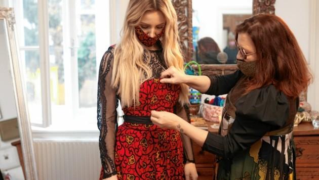 Zwei Kärntnerinnen im Wiener Atelier: Dirndlherz-Designerin und Mastermind Gaby Urabl mit Melissa Naschenweng (Bild: Mario Urbantschitsch)