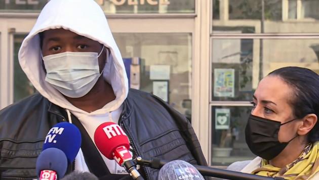 """Prügelopfer """"Michel"""" mit seiner Anwältin Hafida El Ali (Bild: APA/AFP/Aurore Mesenge)"""
