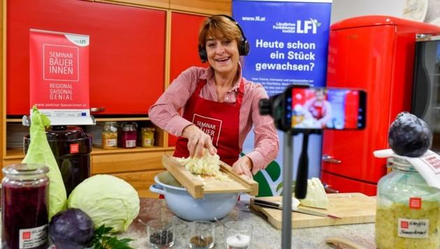 Romana Schneider (LKOÖ) bei der Sauerkraut-Herstellung fürs Cookinar. (Bild: Dostal Harald)
