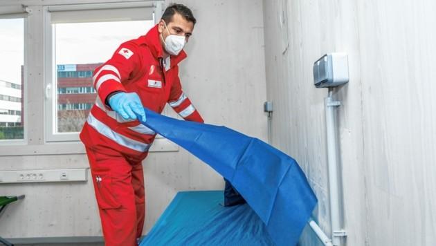 Die Helfer in der Notschlafstelle des Roten Kreuzes Innsbruck müssen nicht nur Betten machen, Essen bereiten und soziale Wärme spenden. Der Schutz gegen Covid-19 steht ganz oben.