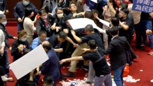 Eine Parlamentssitzung in Taiwan eskalierte: Es flogen Fäuste und Innereien. (Bild: AP)