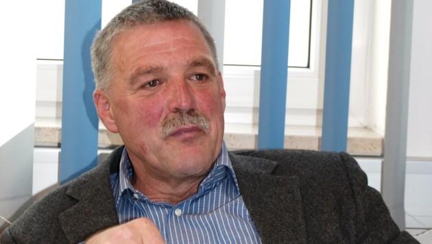 Langzeitbürgermeister Rudolf Köll löst sein Versprechen ein (Bild: Daum Hubert)