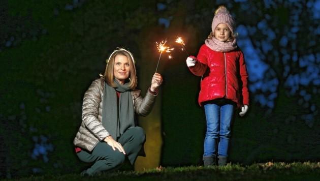 """Gemeinsam gegen Dunkelheit und Kälte: """"Krone""""-Ombudsfrau Barbara Stöckl und Vicky machen es vor."""