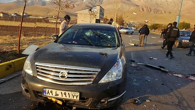 In diesem Auto soll der Atomwissenschaftler laut einer iranischen Nachrichtenagentur dem Anschlag zum Opfer gefallen sein. (Bild: AFP)
