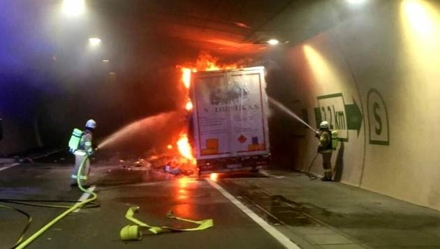 Mitten im Tunnel fing der Lkw Feuer. (Bild: FF Zederhaus/Holitzky )