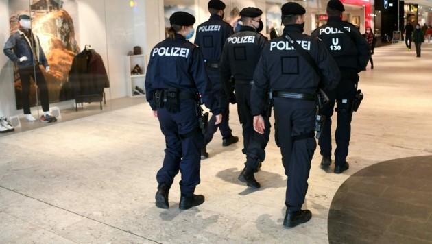 Laut Innenministerium stellte die Polizei mehr als 5500 Anzeigen und Organmandate während des zweiten Lockdowns aus. (Bild: APA/HELMUT FOHRINGER)