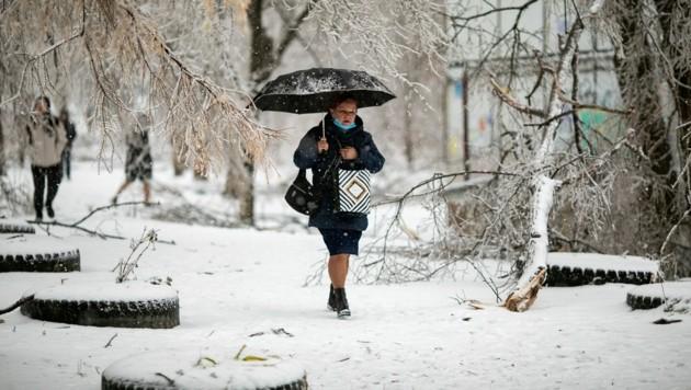 Rund zehn Tage nach einem Eissturm im russischen Wladiwostok sind noch immer Tausende ohne Strom.