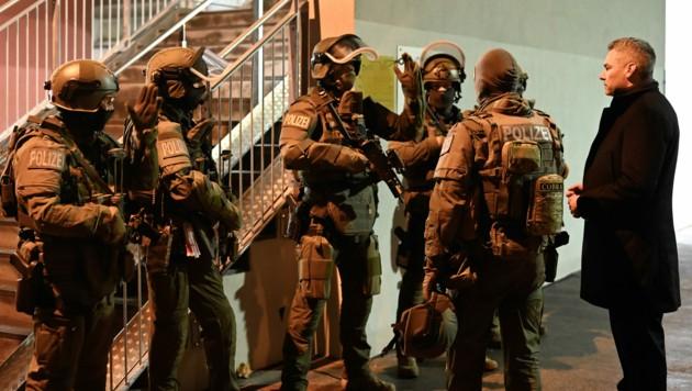 """Innenminister Karl Nehammer (ÖVP) (r.) mit Einsatzkräften im Rahmen der Operation """"Luxor"""" in Wien. (Bild: APA/BMI)"""