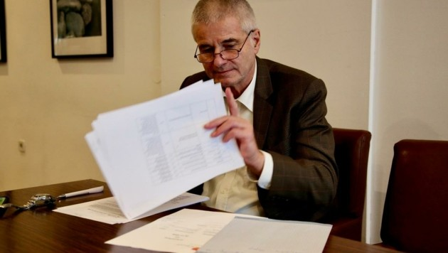 Verfahrensrichter Pilgermair bei Durchsicht der Unterlagen