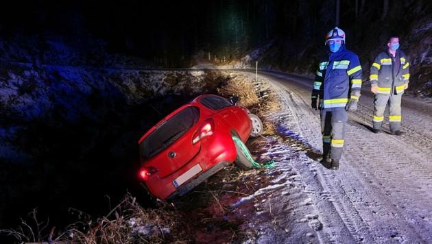 Das Fahrzeug musste von der Feuerwehr geborgen werden. (Bild: FF Wieting)