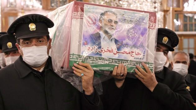 Ein vom iranischen Verteidigungsministerium zur Verfügung gestelltes Bild zeigt den Sarg des ermordeten iranischen Nuklearwissenschaftlers Mohsen Fakhrizadeh während eines Trauerzuges in der nordöstlichen Stadt Mashhad. (Bild: AFP)