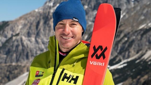 """Manfred """"Manni"""" Pranger, Slalom-Weltmeister und Kitzbühel-Sieger, erkundet auf einer Bergtour die abgelegensten Winkel seiner Heimat. Der Gschnitztaler genießt dabei auch einen schönen Sonnenaufgang. (Bild: Servus TV/Stefan Voitl)"""