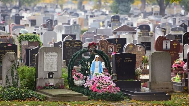 """Das Grab gewinnt in der Corona-Krise an Bedeutung, damit vor allem jene, die beim Begräbnis nicht dabei sein konnten, Blumen ablegen, ein Kerzerl anzünden und """"Pfiat di"""" sagen können."""