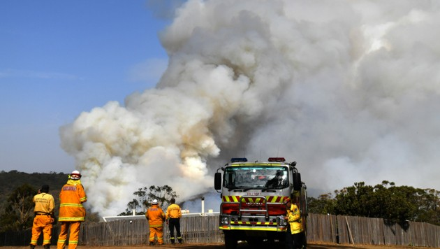 Feuerwehrmänner in New South Wales haben nach der verheerenden Brandsaison im vergangenen Jahr erneut mit aufkommenden Buschfeuern zu kämpfen. (Bild: AFP/SAEED KHAN)
