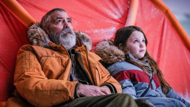 George Clooney als Dr. Augustine Lofthouse und Caoilinn Springall als Iris