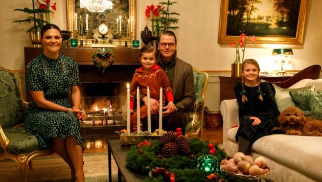 Kronprinzessin Victoria, Prinz Daniel und die Kinder Oscar und Estelle schicken Adventgrüße.