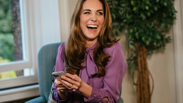 Herzogin Kate macht aus einem Fashion-Fauxpas ein Fashion-Statement und trägt zum zweiten Mal eine Designerbluse verkehrt herum! (Bild: AP)