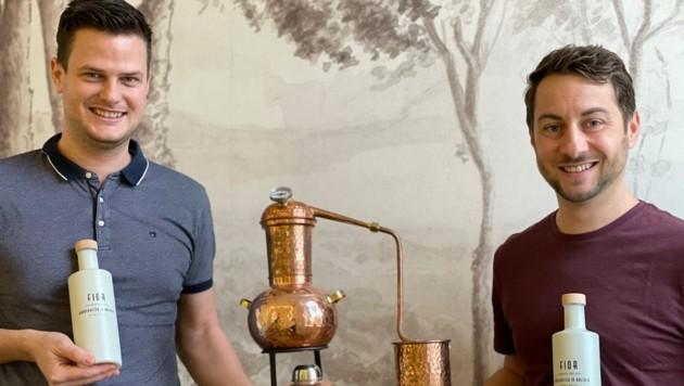 Bernhard Aichinger und Michael Raberger (r.) mit ihrem Gin.