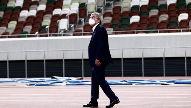 IOC-Präsident Thomas Bach bei der Besichtigung des Olympia-Stadions von Tokio. (Bild: AP/Behrouz Mehri)