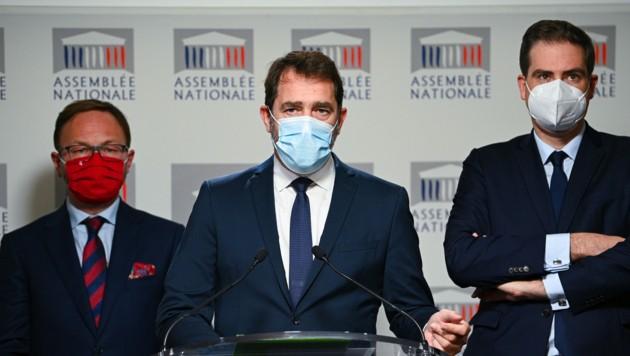 """Ex-Innenminister Christophe Castaner (Mitte) wird eine """"vollständige Neufassung"""" des umstrittenen Artikel 24 vorschlagen. (Bild: APA/AFP/Anne-Christine Poujoulat)"""