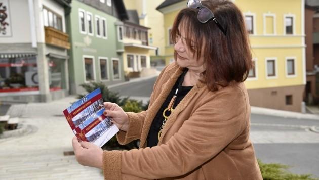 Tourismuschefin Lisbeth Schwarzenbacher hat 500 frisch gedruckte Gutscheine auf Lager.