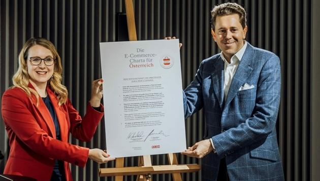 """Ministerin Schramböck und WKO-Chef Mahrer bei der Vorstellung von """"Kaufhaus Österreich"""". (Bild: WKÖ)"""