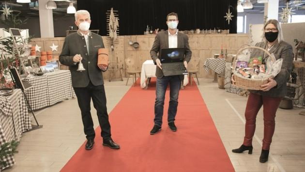 """Josef Federspiel (Obmann Verein Freunde der Friedensglocke), Bgm. Christian Härting (Obmann Telfer helfen Telfern) und die Organisatorin der """"Telfer Weihnachtsstube"""" Doris Schiller (v.l.)"""