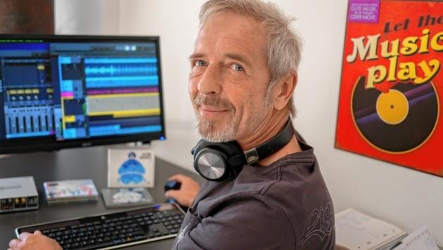 Der Haller Musiklabel-Gründer Manfred Lackmair beim Mischen neuer Soundwelten. (Bild: Musicpark)