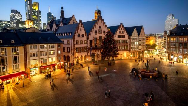 Nur wenige Menschen am Römerberg in Frankfurt am Main - normalerweise tummeln sich hier in der Vorweihnachtszeit die Shopping-freudigen und der Weihnachtsmarkt lockt Besucher an. (Bild: AP)