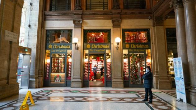 Ein einsamer Weihnachts-Shop in Rom (Bild: AP)
