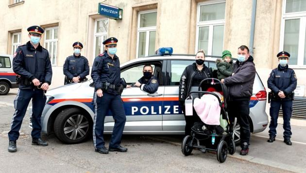Diese Polizisten leisteten Geburtshilfe auf der Floridsdorfer Brücke. (Bild: BPD Wien)