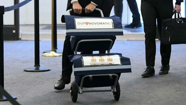 Der Aktenwagen von NEOS-Madatar Jan Krainer vor dem Untersuchungsausschuss. Thema am Mittwoch: Etwaige Polit-Deals mit dem Glücksspielkonzern Novomatic. (Bild: APA/HELMUT FOHRINGER)