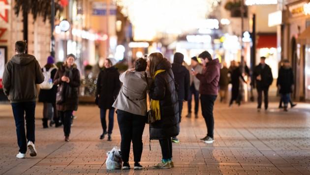 Die Sozialpartner im Handel einigen sich auf längere Öffnungszeiten vor Weihnachten. (Bild: APA/GEORG HOCHMUTH)