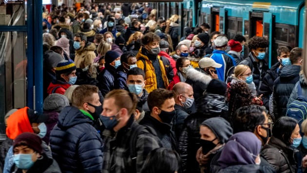 People wear face masks but stand close together as they wait for a subway train in Frankfurt, Germany, Wednesday, Dec. 2, 2020. (AP Photo/Michael Probst) (Bild: AP)