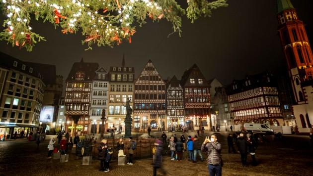 Frankfurt: Die ursprünglich bis zum 20. Dezember befristeten Corona-Beschränkungen in Deutschland wurden nun bis zum 10. Jänner verlängert. (Bild: AP)