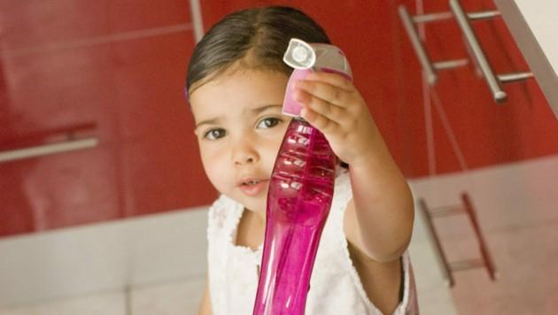 Rasch ist es passiert, und der Sprössling kostet ein paar Schlucke der giftigen Substanz. (Bild: DURIS Guillaume/stock.adobe.com)