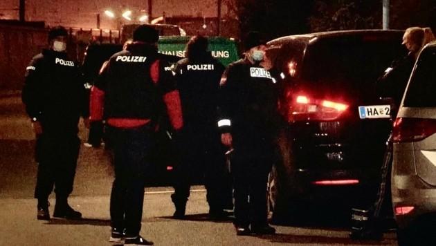 Die Polizei bei der Fahndung des Autoräubers. (Bild: Markus Tschepp)