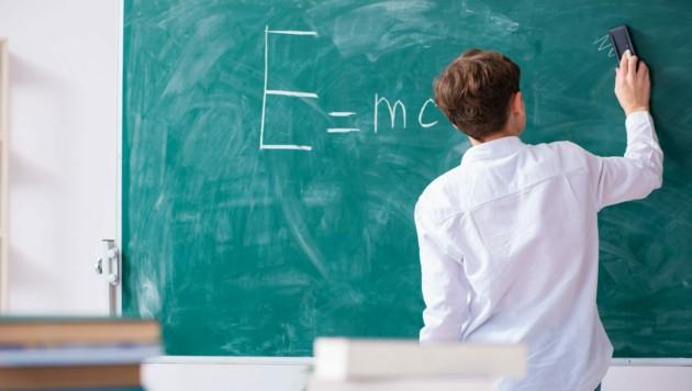 Die Tafel in der Klasse war nach der Pause reparaturbedürftig. (Symbolbild) (Bild: ©Elnur - stock.adobe.com)