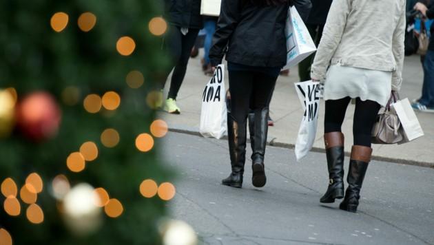 Der Handel hofft auf die Kauflust der Österreicher - für viele entfällt ein Großteil des Jahresumsatzes in die Weihnachtszeit. (Bild: APA/dpa/Bernd von Jutrczenka)