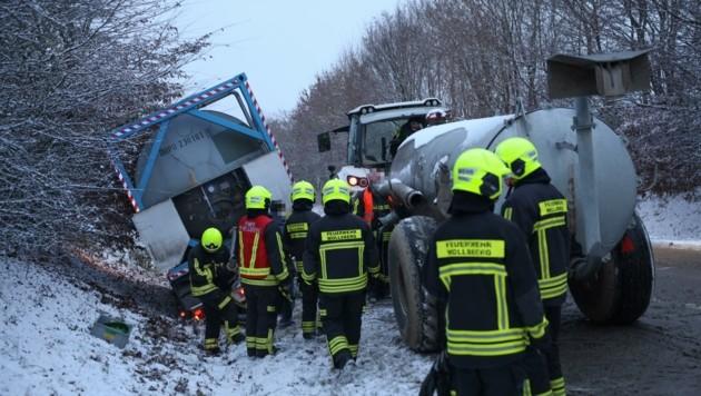 Ein Traktor samt vollem Anhänger ist Donnerstagfrüh bei winterlichen Verhältnissen bei Sattledt im Straßengraben gelandet. (Bild: Matthias Lauber)
